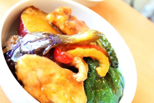 「鶏と野菜の竜田揚げ丼ぶり」@cafenagisa