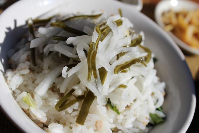 「かてめし(大根葉とこめ豚の魚醤)」@SYOKU-YABO農園